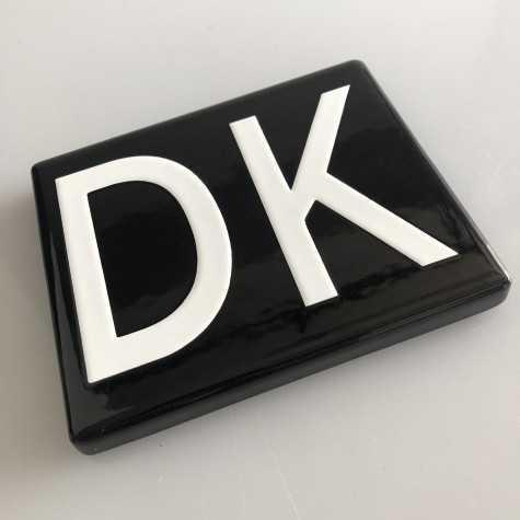 DK emaljeskilt sort 12,5 x 10 cm uden huller